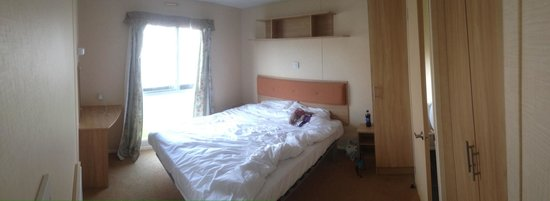 Brynowen Holiday Park: Spacious double bedroom with ensuite