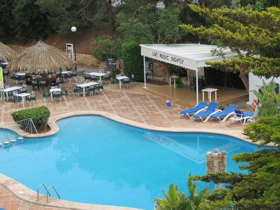 Ola Apartamentos Es Ravells D'Or: Enetertainment stage and pool