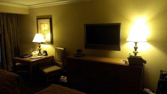 Mystic Lake Casino Hotel: TV and desk area
