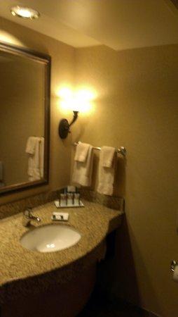 Mystic Lake Casino Hotel: Bathroom