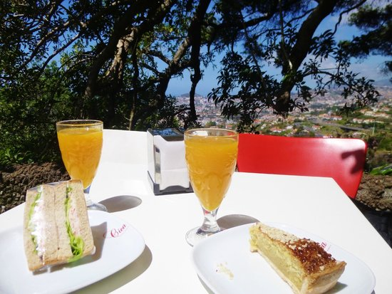 Madeira Botanical Garden : freshly squeezed orange with a stunning view!