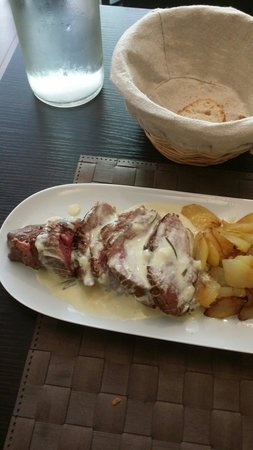 Le Poivron Bleu : Beef fillet in creme and rosemary sauce...