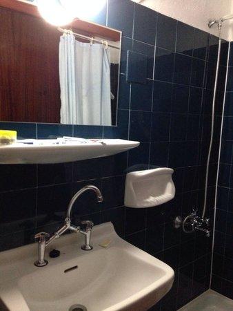 Victoria Hotel: Bagno piccolo e cieco ma molto pulito