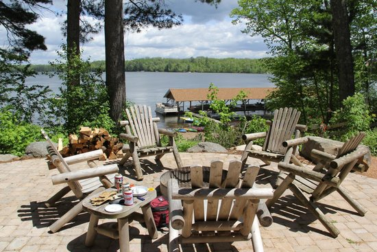Timber Bay Resort and Cabins: Patio with fire pit