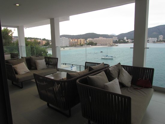 Alua Hawaii Mallorca & Suites: Covered terrace off the reception