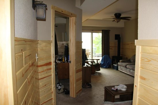Timber Bay Resort and Cabins: lower fl LR1 with walkout to patio BR dr on lft