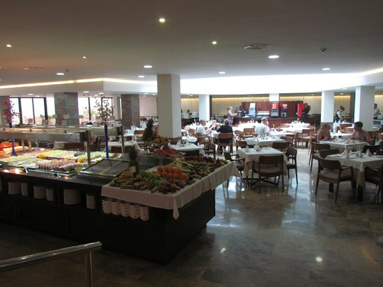 Intertur Hotel Hawaii Mallorca & Suites: The buffet is continual refreshed and replenished