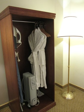 Hotel Grand Chancellor Adelaide on Currie: Hanging space, spare heater and robes!