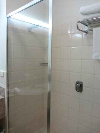 Hotel Grand Chancellor Adelaide on Currie: Shower recess