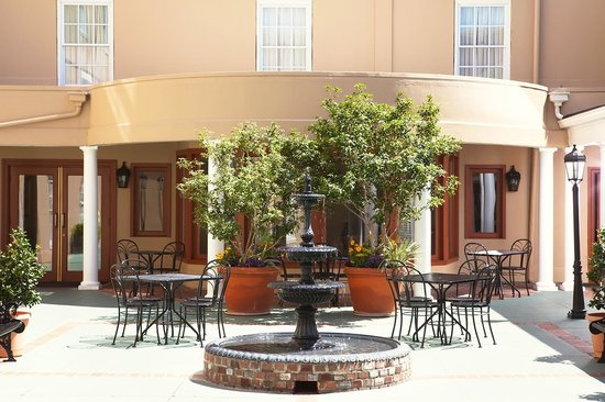 DoubleTree by Hilton Hotel and Suites Charleston - Historic District : Have breakfast or host a wedding in the lovely and versatile courtyard