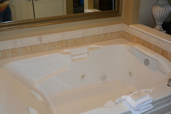Another view of the jetted tub