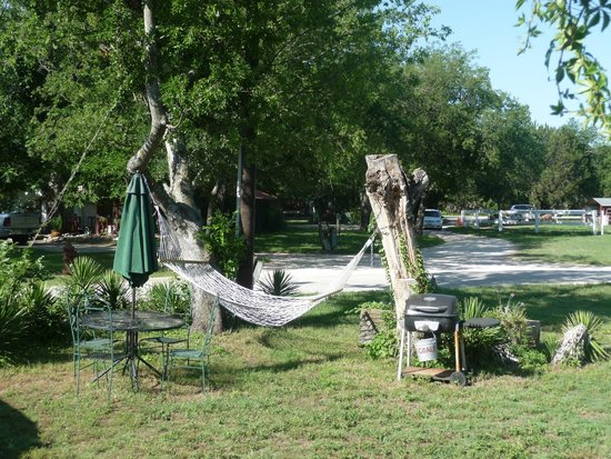 Country Woods Inn : Hammock and charcoal grill in front of Prairie House
