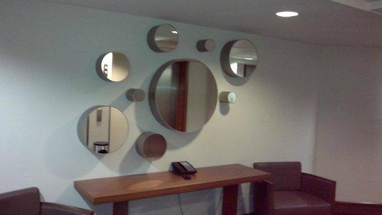 Sheraton Frankfurt Congress Hotel : Mirrors at corridor