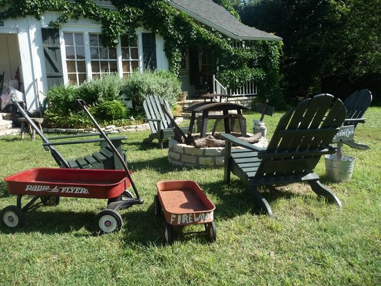 Country Woods Inn : Prairie House front lawn fire pit- wagons for collecting firewood