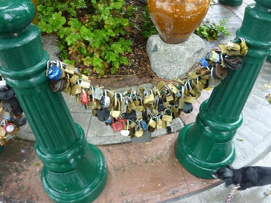 Lovelock, NV: Lover's Lock Plaza