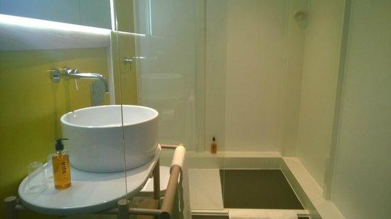 Qbic Hotel London City: Nice big shower