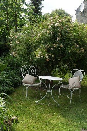 La Malposte: beautiful garden