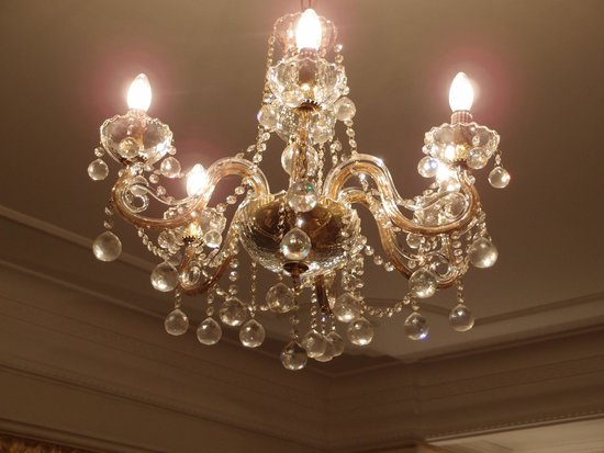 Crowne Plaza Istanbul Asia : 5-6 chandelliers throuhout the suite