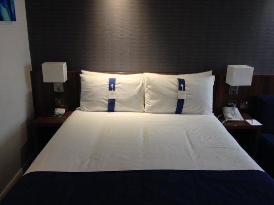Holiday Inn Express London City: Comfortable bed with choice of pillows