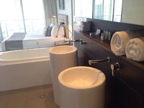 Peppers Broadbeach: Master Bathroom