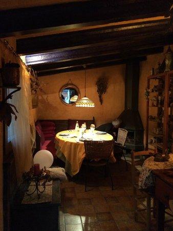 Las Moradas del Unicornio: Dining room with fire place