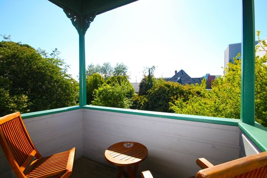 Spinnakers Brewpub and Guesthouses: Room 4 Balcony