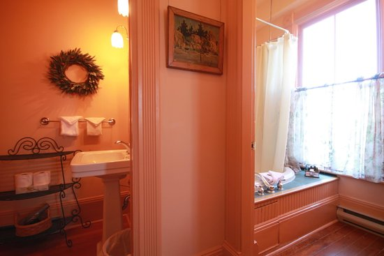 Spinnakers Brewpub and Guesthouses: Room 5 Ensuite