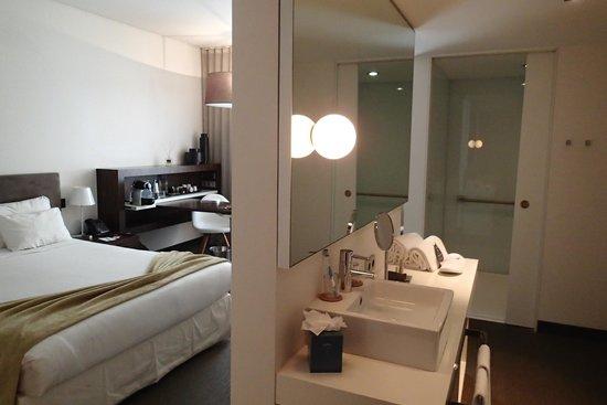 Salle De Bain Ouverte Sur Chambre Humidité : Virginia Hotel with Glass Shower