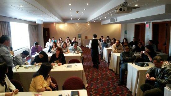 Hotel Estelar Suites Jones : Salón de reuniones donde recibimos las conferencias de las parejas