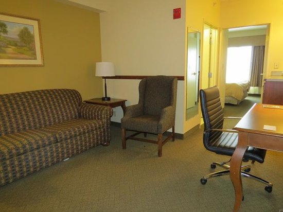 Country Inn & Suites by Radisson, Newark Airport, NJ : Living Room view