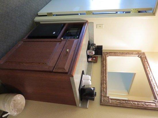 Country Inn & Suites By Carlson, Newark Airport: Coffee/Tea Mini Refrigerator Area