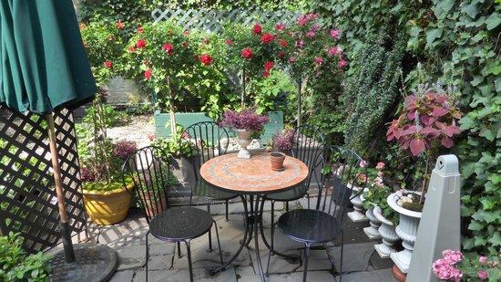 Chelsea Pines Inn: lovely garden