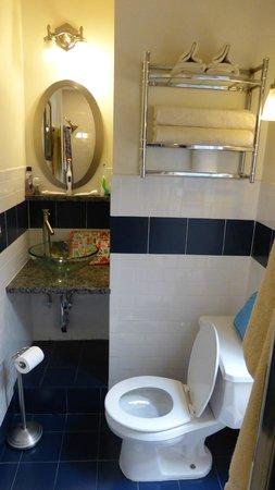 Chelsea Pines Inn: bathroom - walk in shower opposite