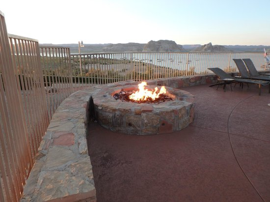 Lake Powell Resort: Fire pit at pool area
