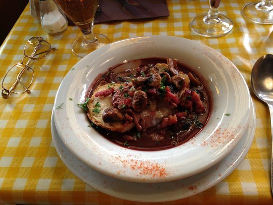Les Ventres Jaunes : Poached egg with mushrooms in a red wine sauce.