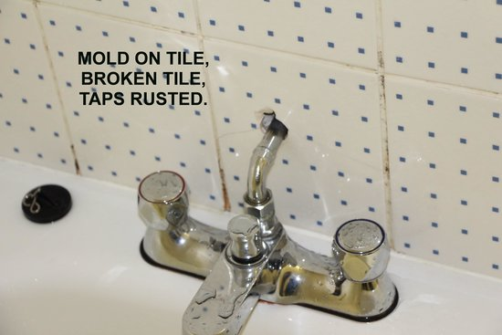 Travelodge Waterford: taps that are rusted and mold