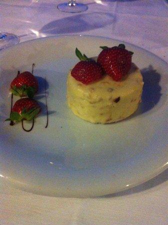 Restaurant du Monard: Dessert : charlotte aux fraises revisité. Belle surprise !