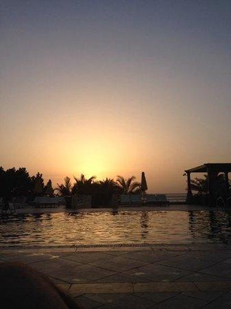Al Hamra Residence & Village : tramonto in piscina al palace