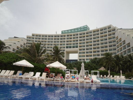 Live Aqua Beach Resort Cancun: View of Hotel from the Main Pool