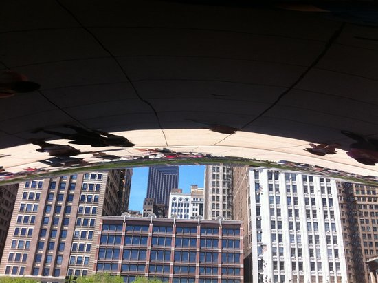 Puerta de la nube ( Cloud Gate): View of Michigan ave from under the bean