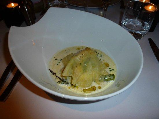 Restaurant L'Essentiel : Aspargos com ravioli aberto