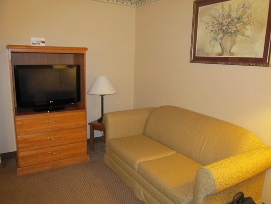Country Inn & Suites By Carlson Fairborn South: Seating area with second TV-room 219