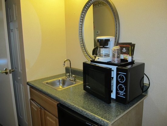 Country Inn & Suites By Carlson Fairborn South: Microwave and Frig- Room 219