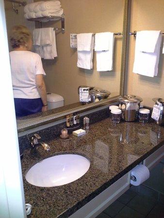 BEST WESTERN PLUS Sands: Roomy bathroom
