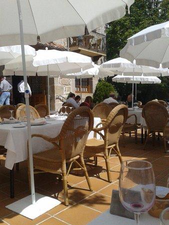 Hotel Nava Real: Terraza y entrada al hotel