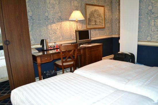 Carlton Lausanne Boutique Hotel: sin espacio entre cama y escritorio