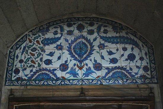 Mezquita de Rüstem Paşa: Above the entrance
