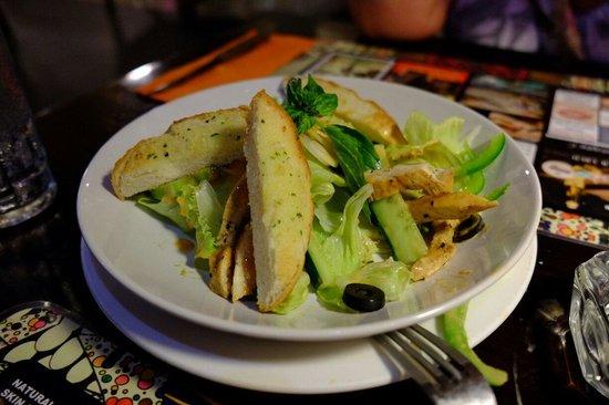 Retro Cafe & Gallery: サラダでお腹いっぱいになる量です。