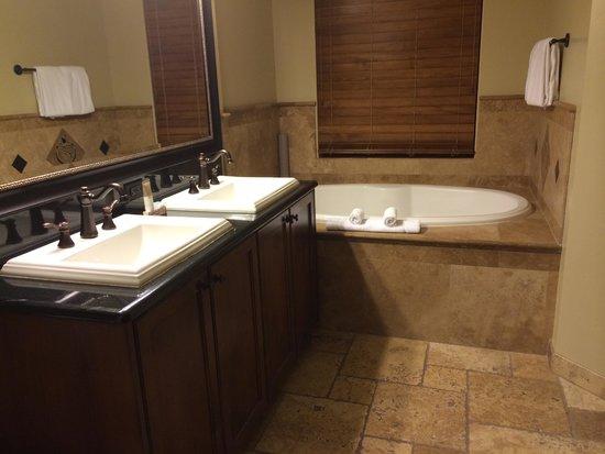 Hyatt Centric Park City: Bathroom in master bedroom
