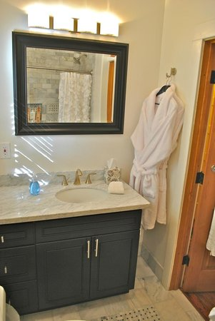 deLorimier Winery & Vineyard Lodging : Guest Bathroom